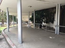 Vista desde el final de la rampa de acceso lateral del Hospital Central San Cristóbal.