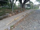 Acera con rampa. Punto de acceso peatonal principal del CRI
