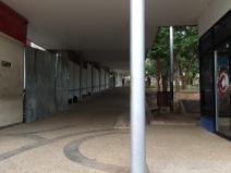 Vista de la pendiente pronunciada y extensión prolongada de la rampa de acceso lateral del Hospital Central San Cristóbal.