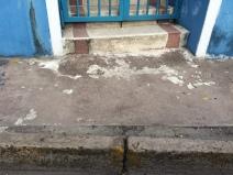 Vista de la acera y entrada del Ambulatorio de Barrio Sucre.