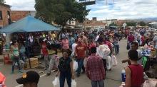 """Personas comprando productos en """"La Parada"""" Colombia. 17 de Julio de 2016"""