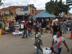 Venezolanos en camino hacia el Puente Internacional Simón Bolívar con compras de productos básicos. 17 de Julio de 2016