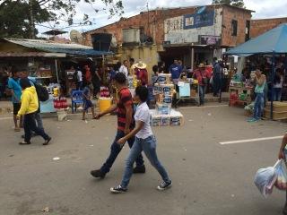 Personas atravesando comercios en La Parada, Colombia. 17 de Julio de 2016